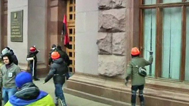 Protesters attacking Kiev City Hall