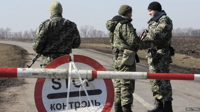 Ukrainian soldiers man a checkpoint near the border with Russia. Photo: 21 March 2014
