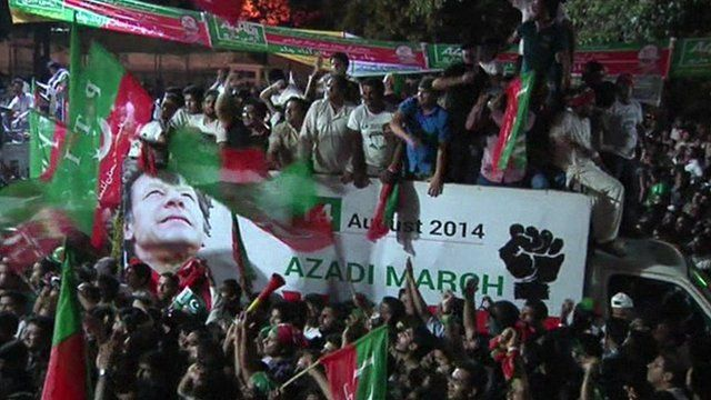Supporters of Imran Khan in protest convoy heading to Pakistani capital, Islamabad