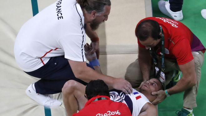 Samir Aït Said en el piso rodeado por miembros de su equipo y equipo médico