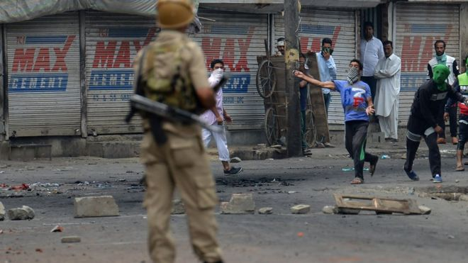 Kashmiri protestors clash with Indian police in Srinagar on July 10, 2016.