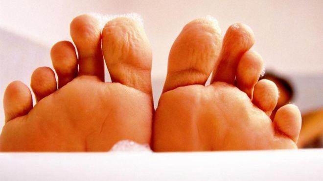 ¿Por qué se nos arrugan los dedos cuando pasan mucho rato en contacto con el agua?
