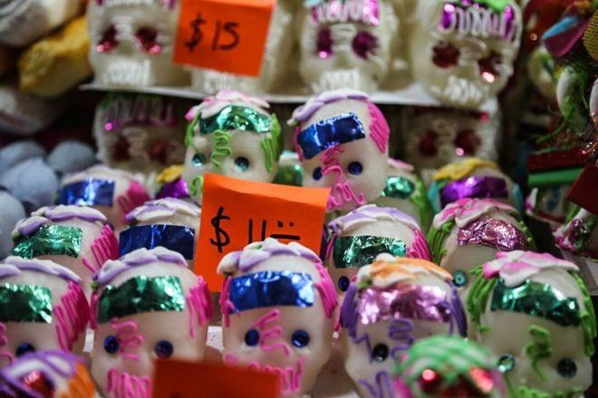 crânios do açúcar que estão sendo vendidos no centro da cidade em Toluca
