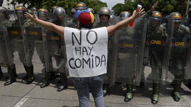 """Venezuelana protesta: """"Não há comida"""""""
