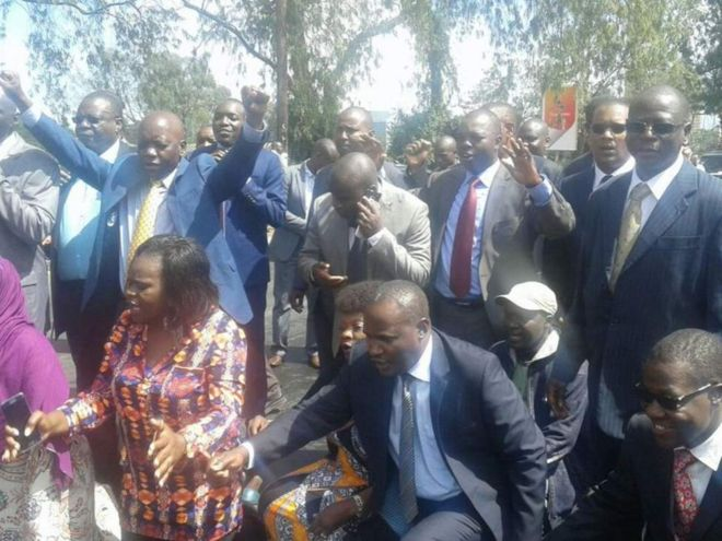 Wabunge wa upinzania nchini Kenya CORD muda mfupi baada ya kutoka ndani ya bunge kwa hasira