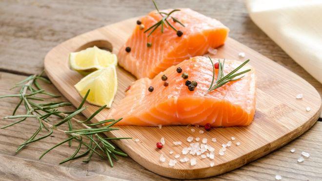 Pescados como el salmón son una de las mejores fuentes de omega 3.