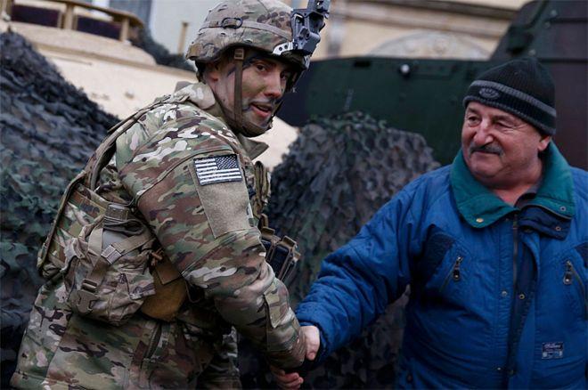 Polonês cumprimenta soldado americano em Zagan, na Polônia