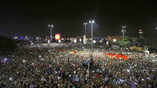 Tatil için bulunduğu Marmaris'ten İstanbul'a dönen cumhurbaşkanını havalimanında büyük bir kalabalık karşıladı.