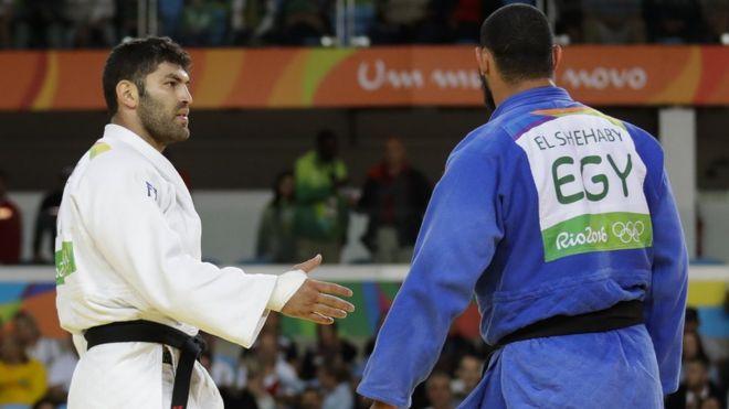 Or Sasson (izquierda) alarga el brazo para darle la mano a Islam El Shehaby