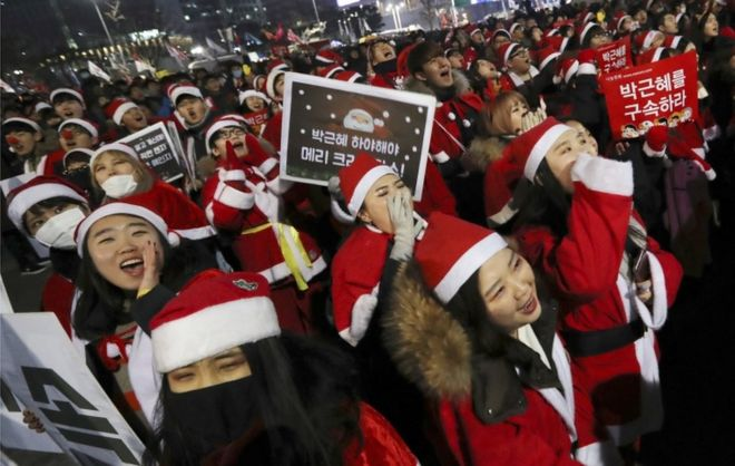 http://ichef-1.bbci.co.uk/news/660/cpsprodpb/1127/production/_93119340_southkoreasantas.jpg