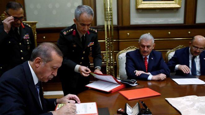 Cumhurbaşkanı Recep Tayyip Erdoğan YAŞ kararların onaylıyor