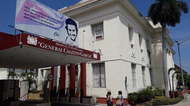 """En la fachada del Hospital Universitario General Calixto García se despliega una frase de Ernesto """"Che"""" Guevara: """"Vale, pero millones de veces más la vida de un solo ser humano que todas las propiedades del hombre más rico de la tierra""""."""