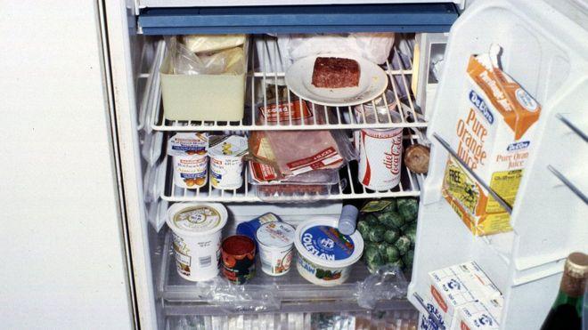 Geladeira aberta e cheia de alimentos