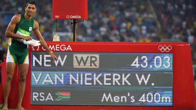 Wayde van Niekerk ante el marcador que indica su récord del mundo