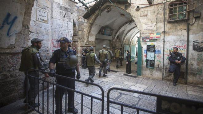 Israeli police patrolling alleys of the old city of Jerusalem on 4 October 2015
