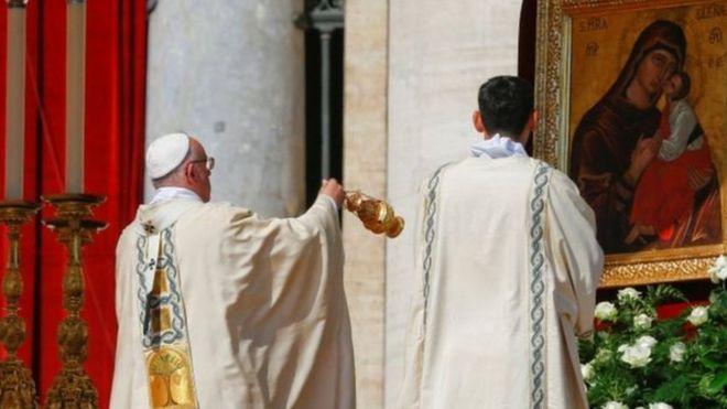 Papa Francisco dirigiendo la ceremonia de canonización