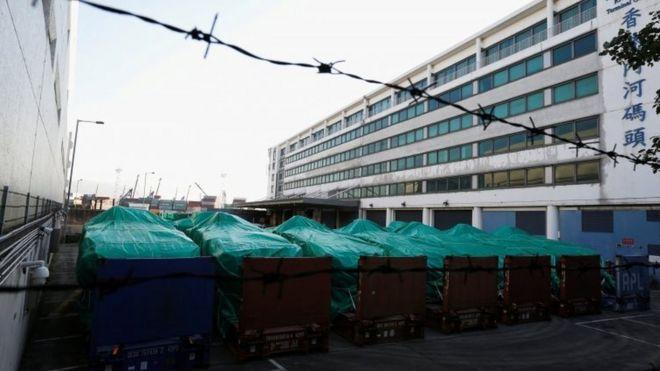 停放在香港码头一个货舱的新加坡装甲车