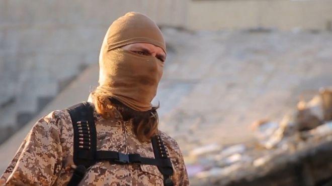 Militante de Estado Islámico en un video de ejecución