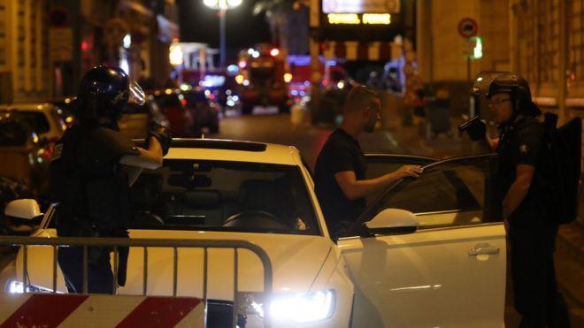 Un puesto de control policial en una calle de Niza.
