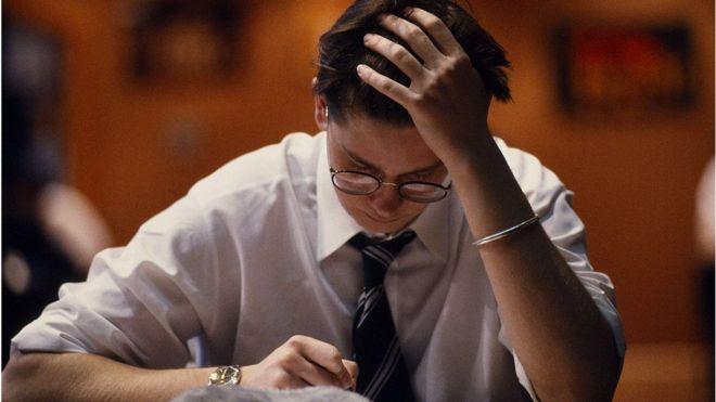 Jovem concentrado fazendo prova