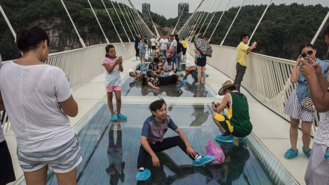 Completado en diciembre, el puente cost'o $ 3,4 millones. Tiene 430 metros de largo y se encuentra a 300 metros por encima del suelo, según informó la agencia estatal de noticias Xinhua.
