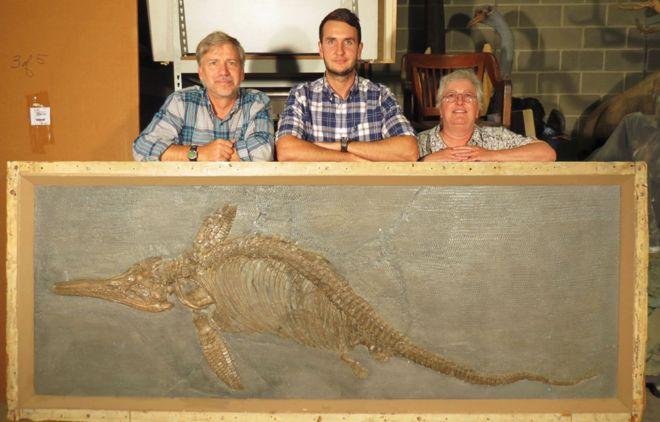 Палеонтологи Дин Ломакс (в центре) и Джуди Массар (справа)