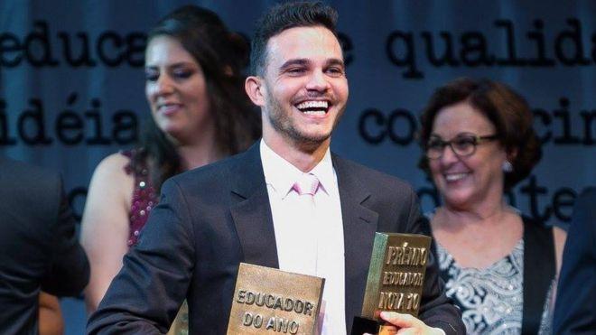 O capixaba Wemerson Nogueira recendo prêmios de educação