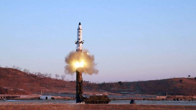 Imagen del lanzamiento de un misil desde Corea del Norte.