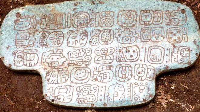 Símbolos gravados no pingente de jade