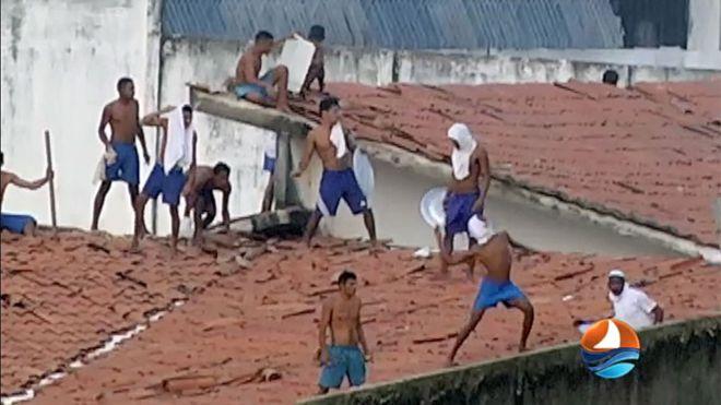 Presos em cima do telhado da Penitenciária de Alcaçuz