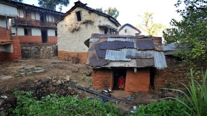 Menina em barraco no vilarejo de Achham