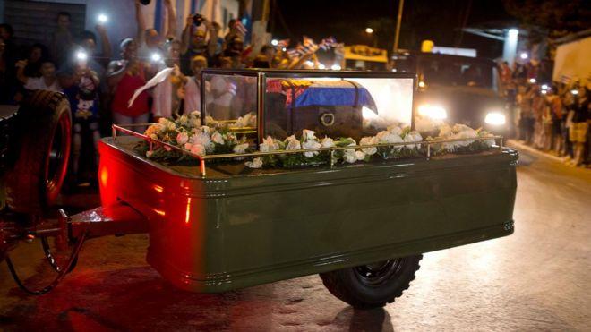 صورة رماد كاسترو محفوظا في علبة من الزجاج