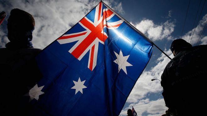 La bandera de Australia contiene a la bandera de Reino Unido.