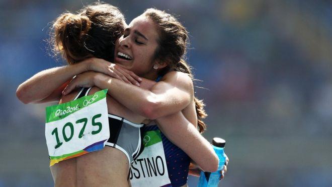Las atletas Nikki Hamblin y Abbey D'Agostino se abrazan después de sufrir una caída.