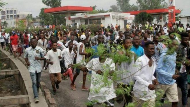 Waandamanaji katika barabara kuu za mji wa Kinshasa nchini DRC