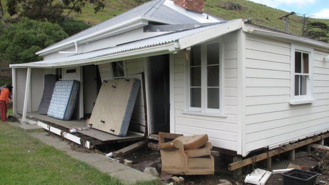 Una casa dañada por el tsunami en Little Pigeon Bay.
