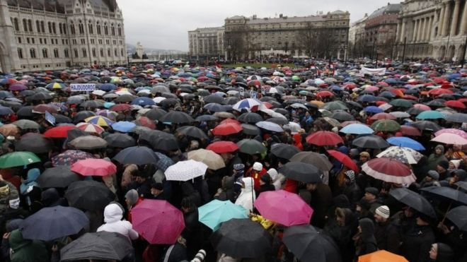 Thousands of protesters join striking teachers in Budapest (15 March 2016)