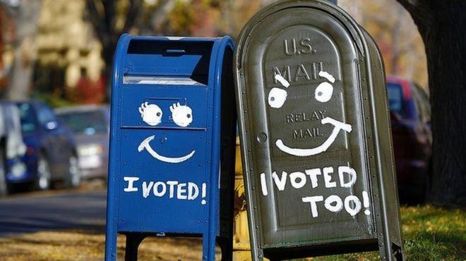 """Dos buzones de correo pintados con el lema """"yo voté""""."""