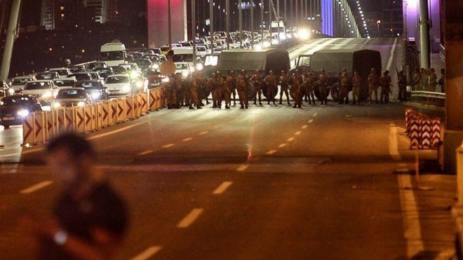 Darbe girişimi, Boğaziçi Köprüsü'nün kapatılmasıyla başladı.