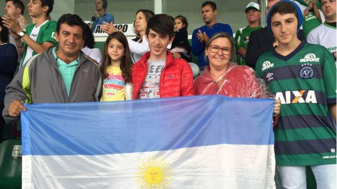 'Hoje os dois países são do mesmo time': a família argentina que viajou 300km para se despedir da Chapecoense