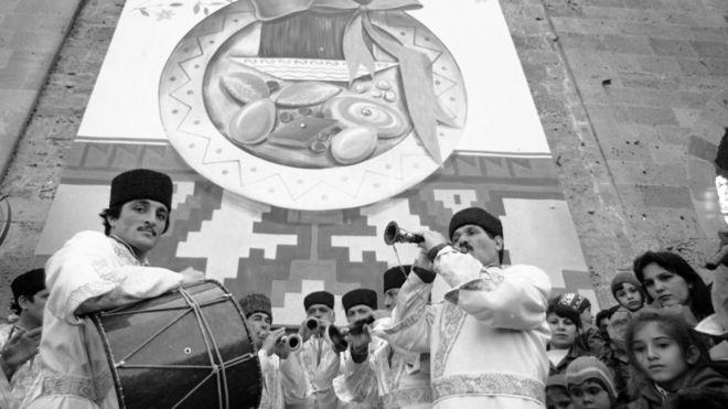 Folklor ansamblının Bakı şəhərində Novruz bayramı şənliyində çıxışı (20 mart 1989).