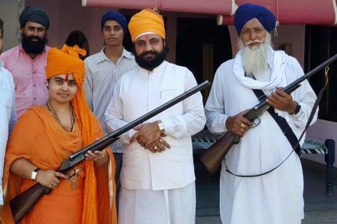 Sadhvi Deva Thakur mara nyingi huonekana ameshika bunduki