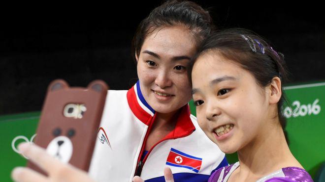 Lee Eun-ju, de Corea del Sur, y Hong Un-jong, de Corea del Norte, se tomara una foto durante un descanso mientras se entrenaban para las competencias de gimnasia