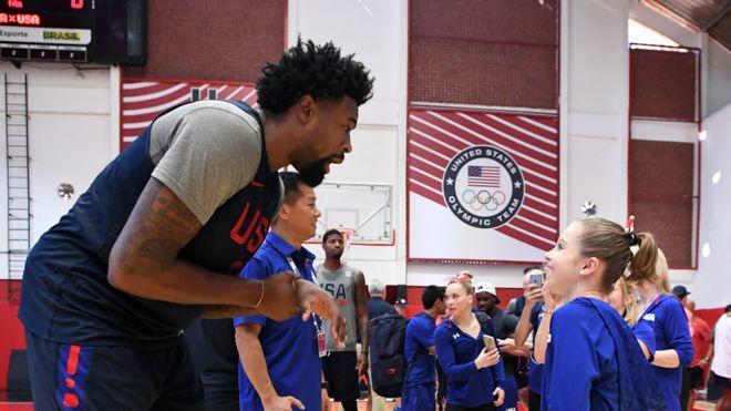 DeAndre Jordan, del equipo de básquetbol de EE.UU. junto a Ragan Smith, gimnasta estadounidense