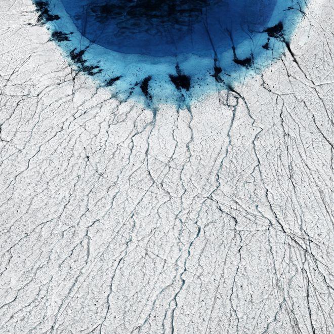 Blanco de hielo y una especie de laguna azul