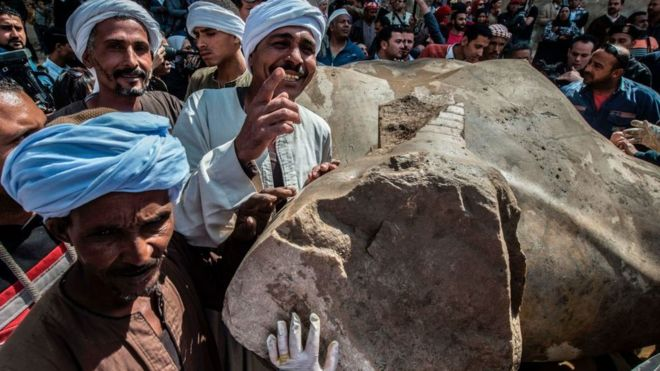 Cuando extrajeron el busto este lunes, varios se retrataron junto a él.