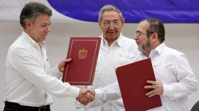 Firma del Acuerdo de Paz entre el presidente Juan Manuel Santos y el jefe de la FARC | Foto: Reuters