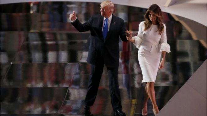 共和党全国大会で登壇したトランプ氏とメラニア夫人... 共和党大会の演壇に立つトランプ氏とメラニ