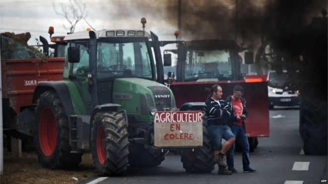 "Farmers block Oleron bridge in western France (22 July) - placard reads ""angry farmer"""