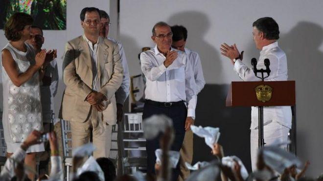Humberto De la Calle es aplaudido.